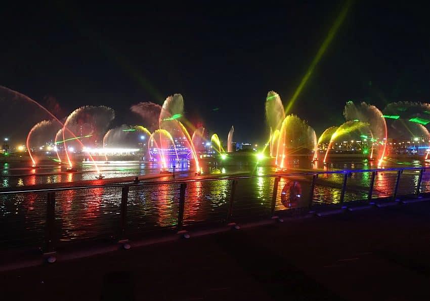 Tanzuenden Lichter und Fontänen zur IMAGINE Show Dubai