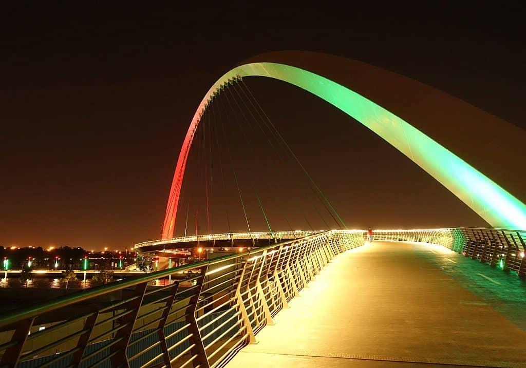 Beleuchtete Brücke Dubai Canal